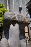 崖で見つめ合う狐石像