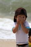 手で顔を隠す幼児