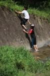 川遊びをたのしむ子供たち