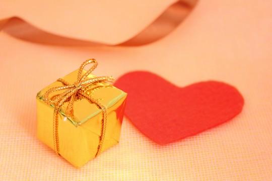 プレゼントと赤いハート