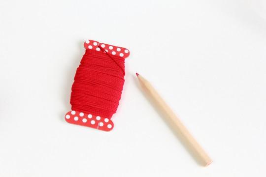 赤い糸と色鉛筆