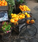 オレンジ自転車が可愛い店先のディスプレイ
