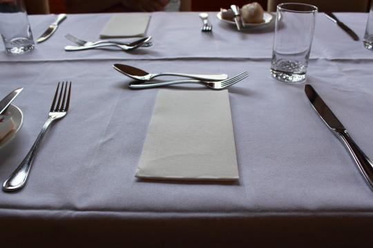 食事前のレストランのテーブル