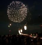 人であふれる川沿いの花火大会