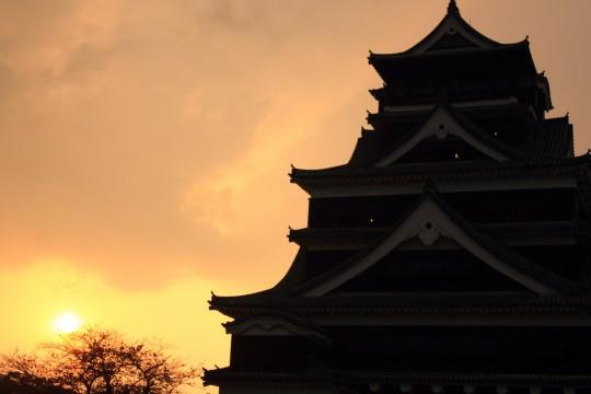夕日を背にする熊本城