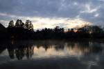 夕暮れ時の湖畔