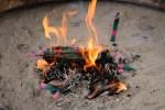 火にくべた線香