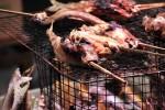 網の上で焼かれてるアユの塩焼き