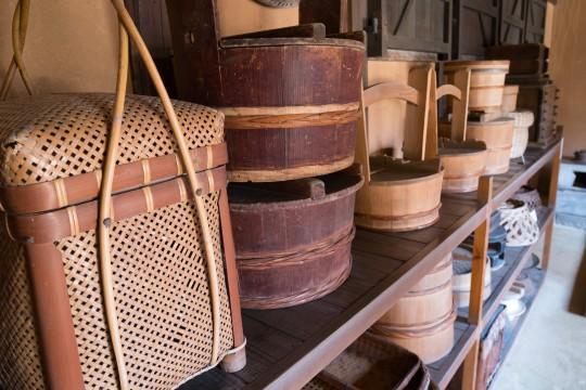蔵に置かれた木桶