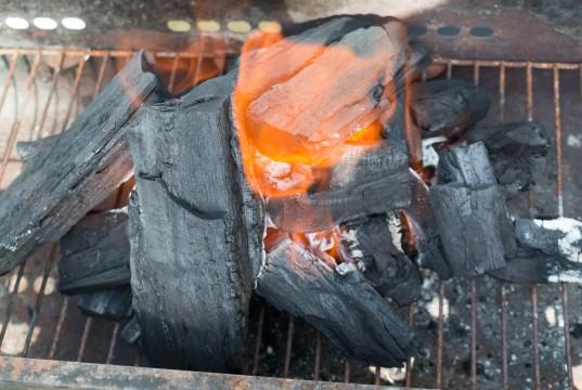 燃える木炭
