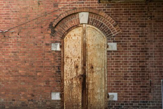古いレンガ建築物の扉