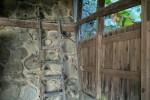 朽ちた物置と梯子