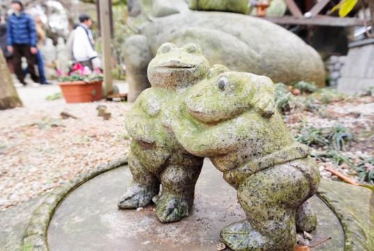 相撲をしているカエルの石像