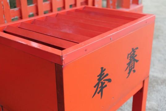 赤い賽銭箱