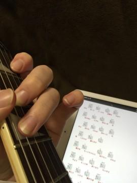 ギターの練習をする手