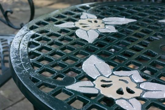 ユリの花が描かれたテーブル