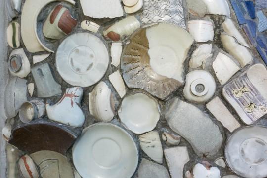 陶器が埋め込まれた壁面