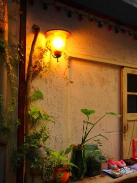 明かりの灯る街角
