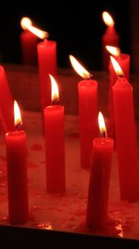 並んだ赤い蝋燭