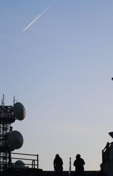 テレビ塔と飛行機雲