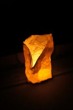 紙袋でできた灯明