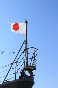 艦首に掲げられた国旗