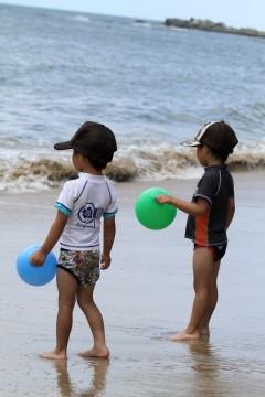 風船を持っている双子の幼児