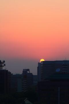 ビルの向こうに沈む夕日