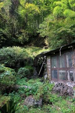 朽ちた水車小屋