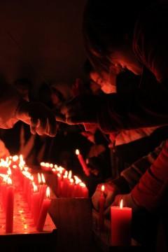 赤い蝋燭に願いを込める人々