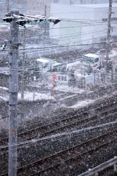 雪降る線路と電線の風景