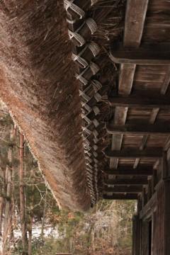 藁ぶき屋根の古民家の軒下