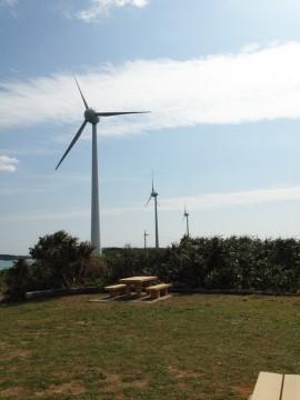 縦に並んだ風力発電の風車