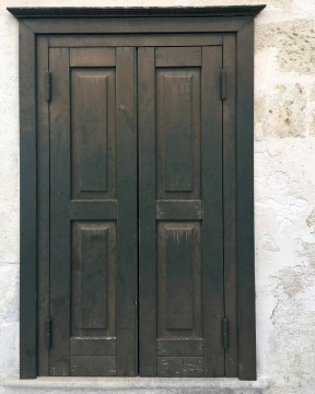 白壁とアンティークな木の扉