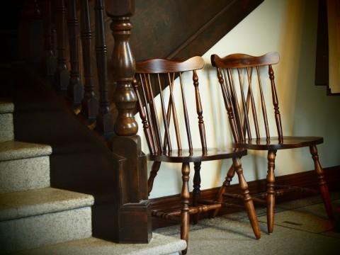 洋館の階段と木製の椅子