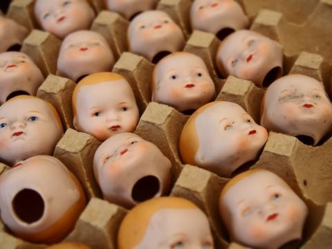 たくさん並べられた人形の頭