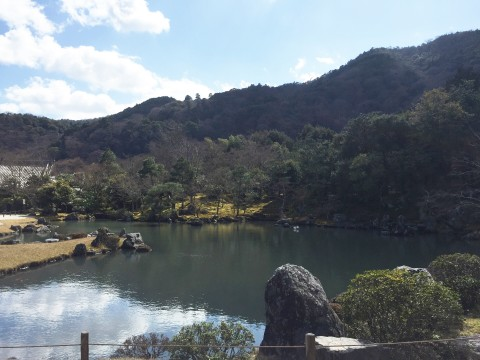 山の麓の湖