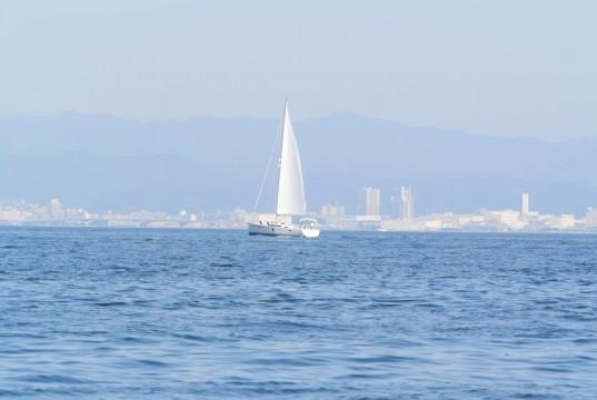 海にポツンと浮かぶヨット