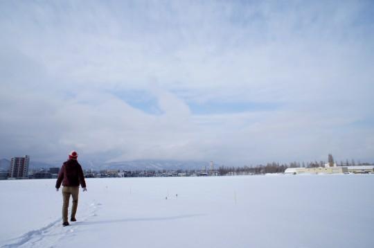 雪原を歩く人
