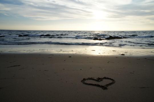 海と砂浜のハート