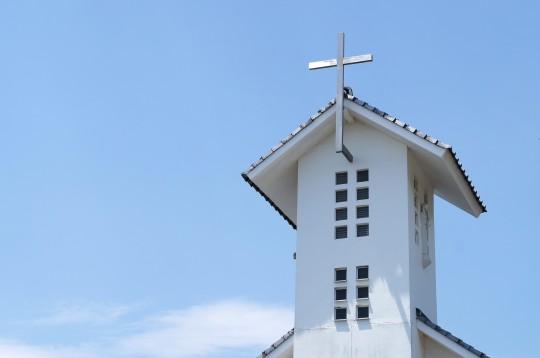 青空をバックにした教会