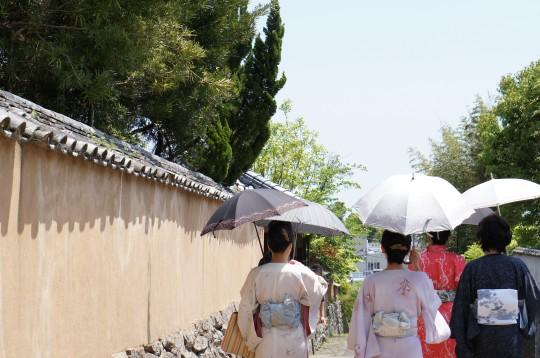 着物で散歩する女性たち
