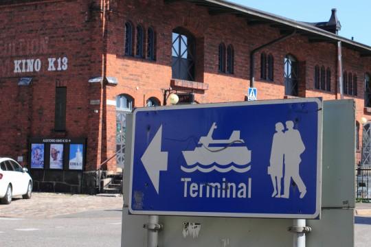 フェリーターミナルの看板