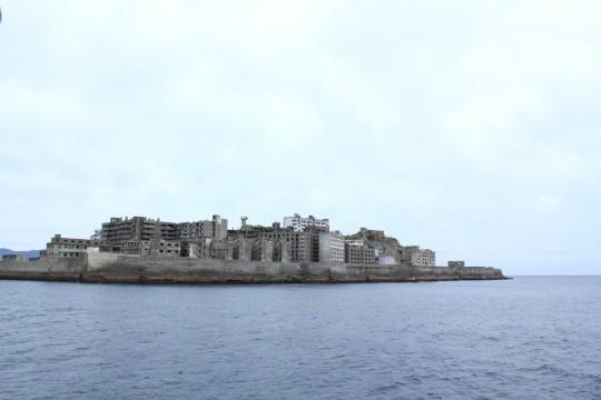 船から見た軍艦島