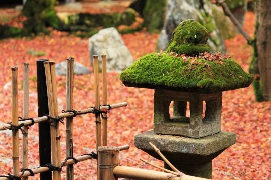 秋の庭園の石灯籠