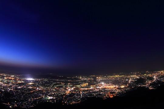 街の光と空のグラデーション