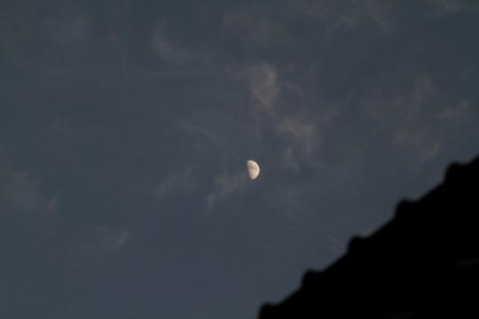 屋根と半月