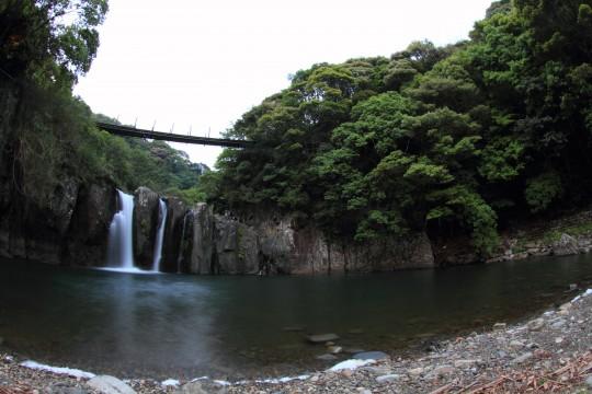 吊り橋と滝