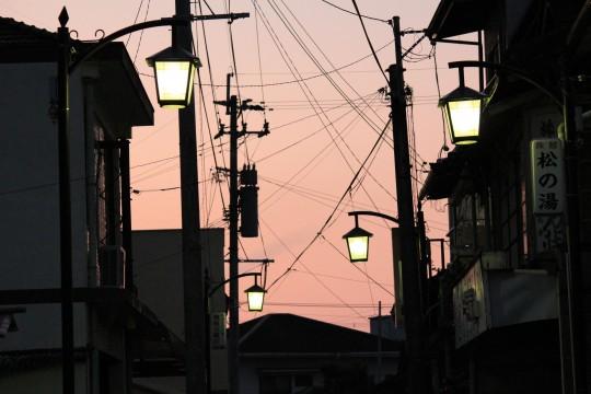 温泉街の夕暮れ