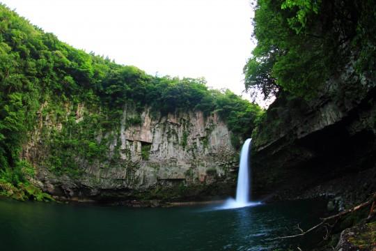 崖に囲まれた滝2